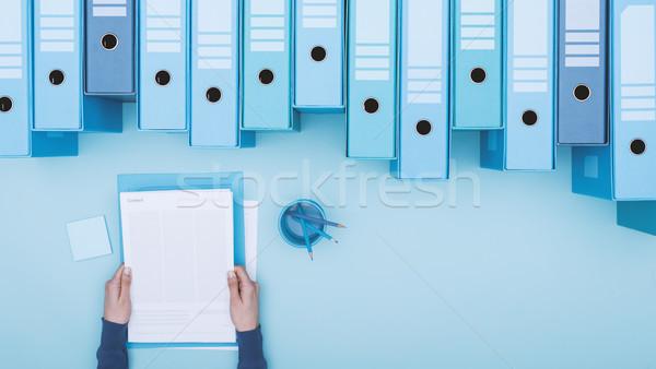 Irodai dolgozó archívum olvas papírmunka akták cseresznye Stock fotó © stokkete