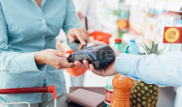 Nő bolt pénztár áruház biztonság tő Stock fotó © stokkete