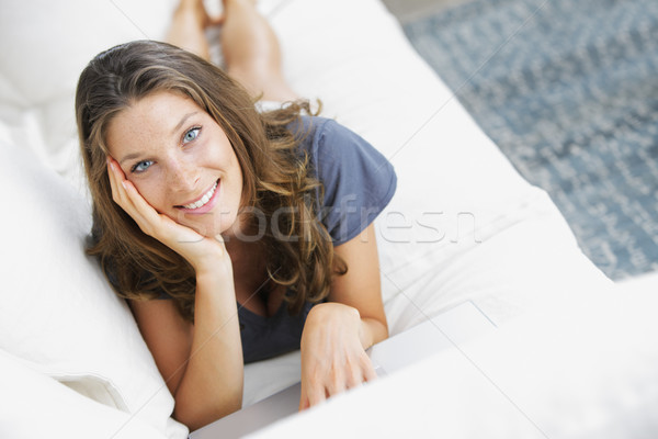 Stock foto: Süß · jungen · Dame · Couch · Laptop · hübsche · Frau