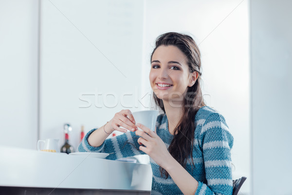 Kávészünet kávézó gyönyörű mosolyog tinédzser lány Stock fotó © stokkete