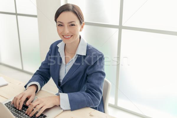 Geslaagd zakenvrouw portret glimlachend poseren kantoor Stockfoto © stokkete