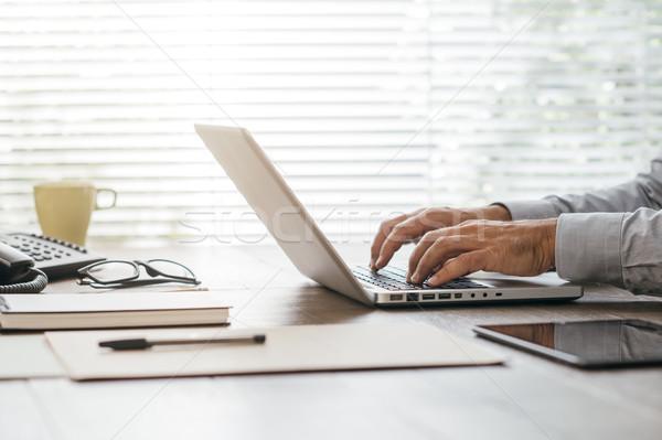 Сток-фото: корпоративного · бизнесмен · рабочих · ноутбука · сидят
