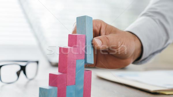 üzletember épület sikeres pénzügyi grafikon dolgozik Stock fotó © stokkete