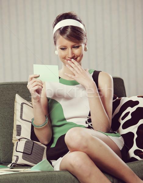 Goed nieuws vrolijk meisje lezing mode Stockfoto © stokkete