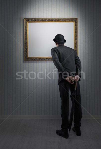 Kunstgalerie retro elegante man permanente lege Stockfoto © stokkete