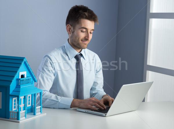 Trabalhar homem trabalhando laptop secretária Foto stock © stokkete