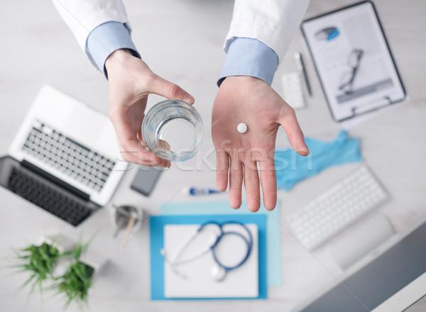 Orvos tabletta tart üveg víz asztali Stock fotó © stokkete