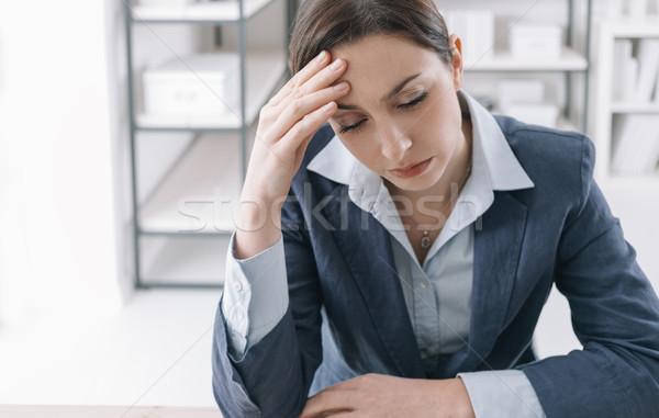 Kimerült üzletasszony iroda dolgozik irodai asztal laptop Stock fotó © stokkete