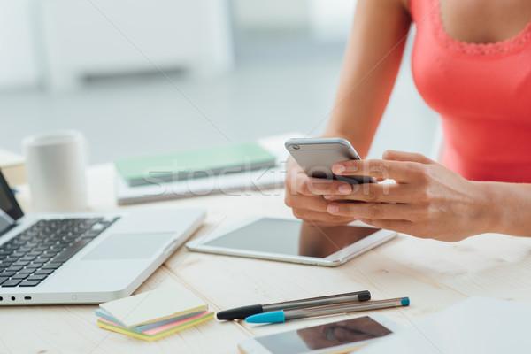 Tinilány sms chat mobiltelefon ül asztal mobil Stock fotó © stokkete