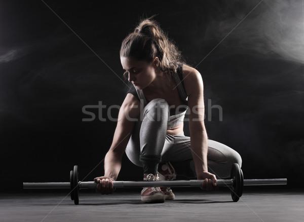 Vrouwelijke bodybuilder jonge vrouw gewichten Stockfoto © stokkete