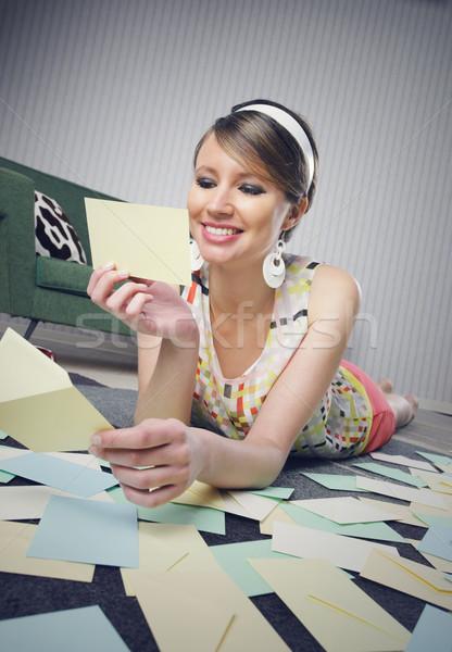 Gyönyörű nő szeretet levél mosolyog lány valentin napi üdvözlet Stock fotó © stokkete