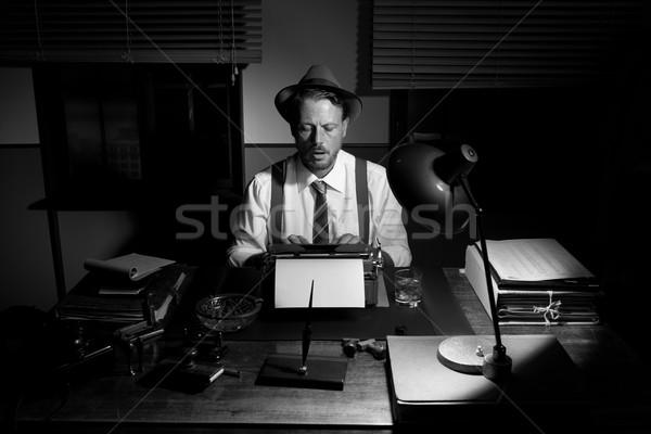 Vintage verslaggever werken laat nacht typen Stockfoto © stokkete