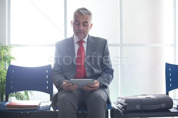 üzletember kapcsolódik tabletta érett ül váróterem Stock fotó © stokkete