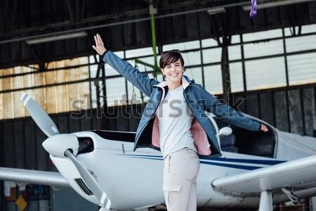 Vrouwelijke piloot poseren jonge vliegtuig Stockfoto © stokkete