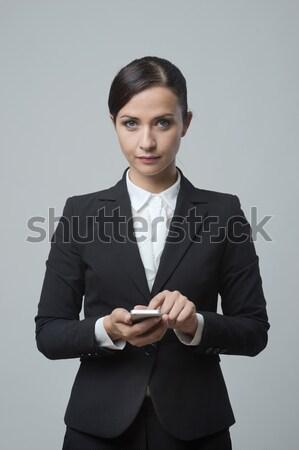 Sorridente empresária tela sensível ao toque telefone móvel mulher de negócios comunicação Foto stock © stokkete