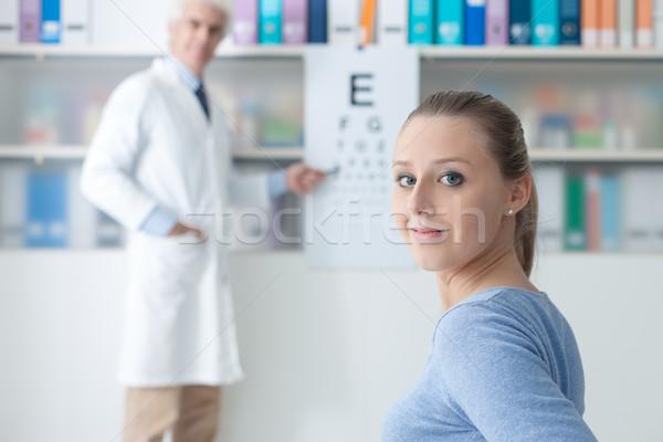 Vizsga szemorvos fiatal nő optometrikus iroda megvizsgál Stock fotó © stokkete