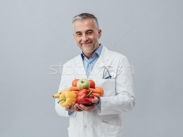Glimlachend voedingsdeskundige verse groenten vruchten gezondheidszorg Stockfoto © stokkete