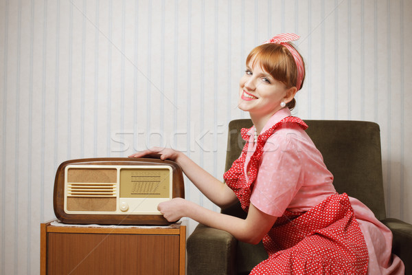 Foto stock: Retro · casa · esposa · escuchar · radio