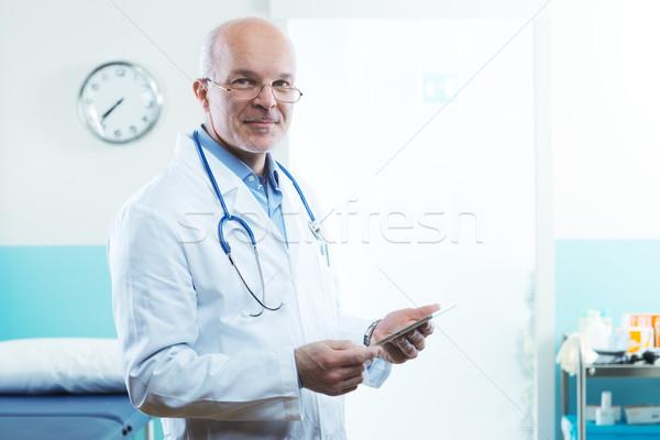 Médico comprimido senior equipamentos médicos internet homem Foto stock © stokkete