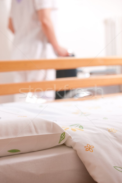 Verpleeginrichting bed verpleegkundige rolstoel helpen slaapkamer Stockfoto © stokkete