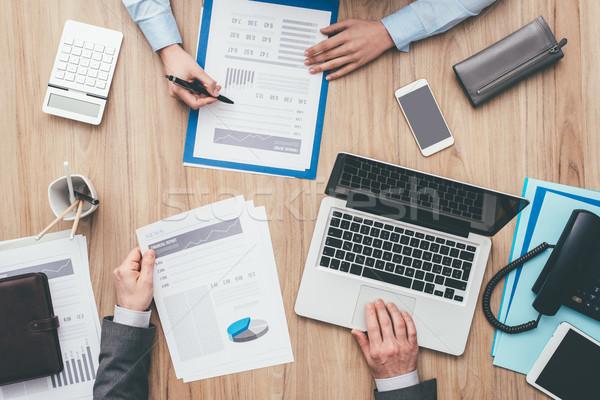 Gens d'affaires rapports financière Photo stock © stokkete