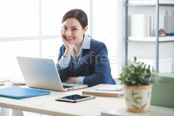Vrouw ondernemer geslaagd glimlachend zakenvrouw poseren Stockfoto © stokkete