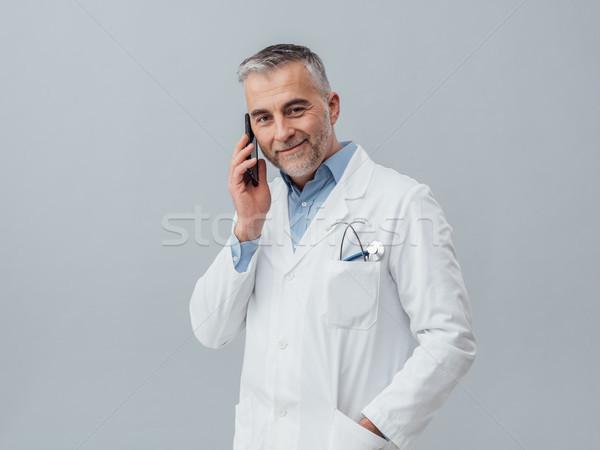 Orvosi szolgáltatás konzultáció telefon érett orvos Stock fotó © stokkete