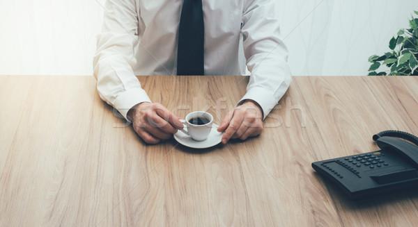 Kávészünet vállalati üzletember ül irodai asztal kávé Stock fotó © stokkete
