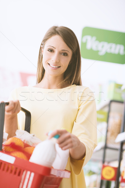 Zdjęcia stock: Kobieta · supermarket · uśmiechnięty · młoda · kobieta · zakupy