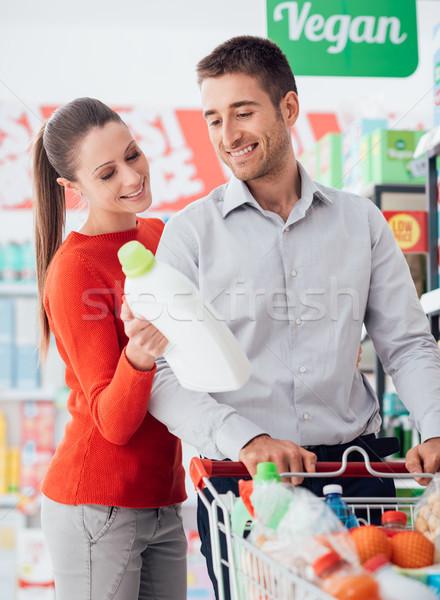 Pár vásárlás áruház fiatal pér élelmiszer olvas Stock fotó © stokkete