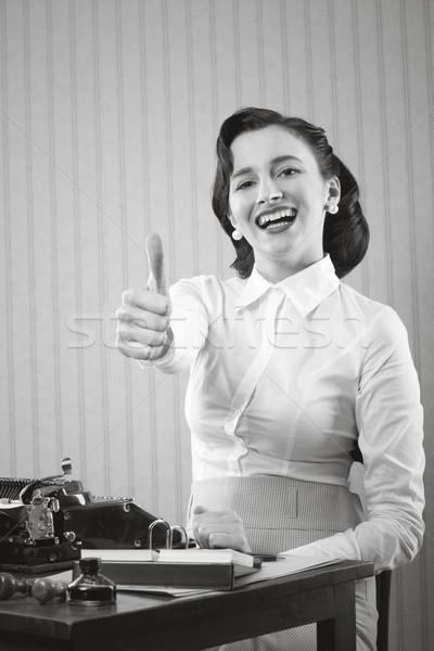 Zdjęcia stock: Uśmiechnięty · business · woman · pracownik · biurowy · kciuk · w · górę