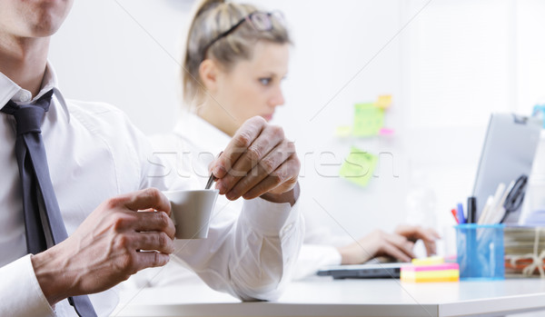 Jonge zakenman koffiepauze hand Stockfoto © stokkete