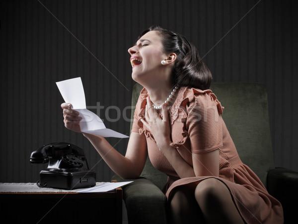 悪い知らせ 若い女性 読む 手紙 泣い 絶望的な ストックフォト © stokkete