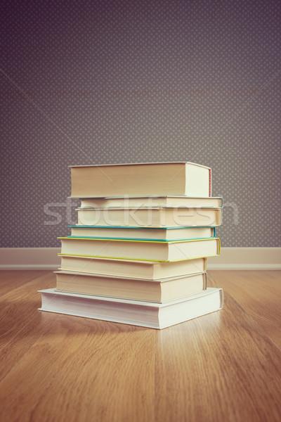 Boglya könyvek padló keményfedeles pontozott tapéta Stock fotó © stokkete