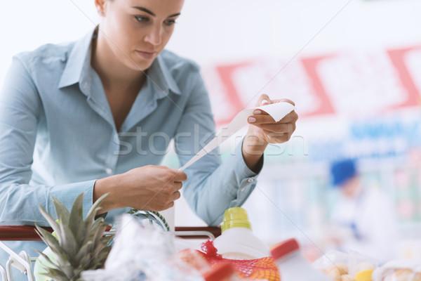 Nő hosszú nyugta vásárlás áruház élelmiszer Stock fotó © stokkete