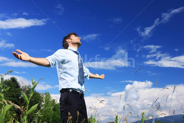 Szabadság fiatal üzletember élvezi friss levegő napos idő Stock fotó © stokkete