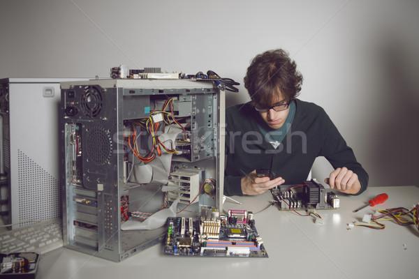 Reparação de computadores moço computador trabalhando apoiar telefone móvel Foto stock © stokkete