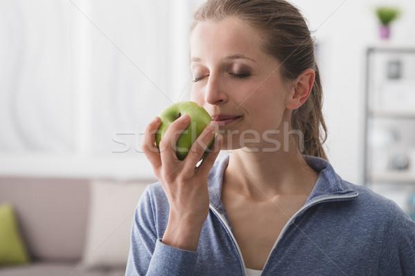 Dieta saudável fitness sorrindo alimentação maçã Foto stock © stokkete