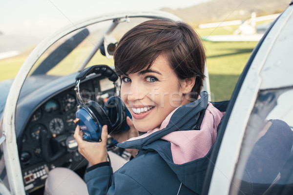 Pilota aeromobili cabina di pilotaggio sorridere femminile luce Foto d'archivio © stokkete