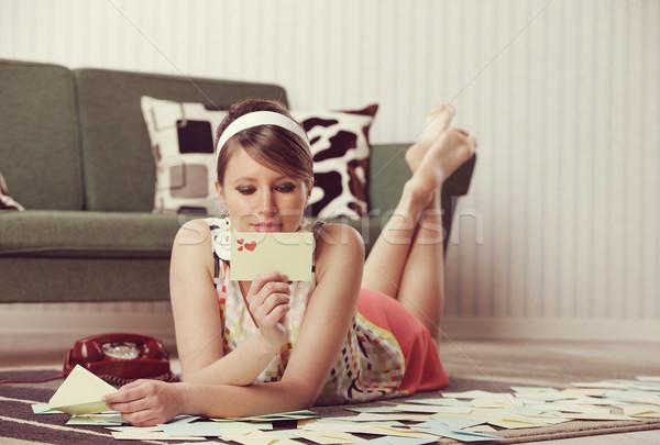 Gyönyörű nő szeretet levél vonzó lány olvas valentin napi üdvözlet Stock fotó © stokkete