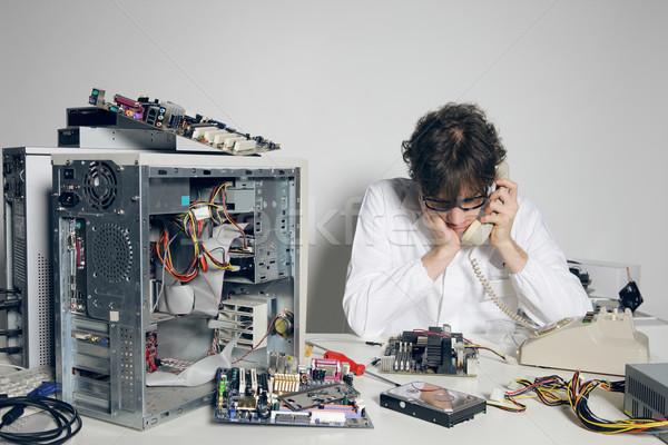Ordinateur problème technicien laboratoire parler téléphone Photo stock © stokkete