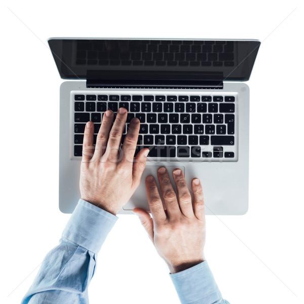 üzletember gépel laptop dolgozik számítógép laptop billentyűzet Stock fotó © stokkete