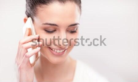 Csinos fiatal nő telefonbeszélgetés mobil fehér boldog Stock fotó © stokkete