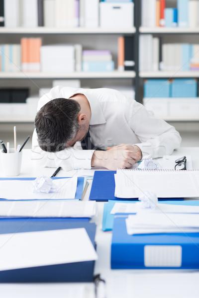 Kimerült üzletember alszik asztal papírmunka stressz Stock fotó © stokkete