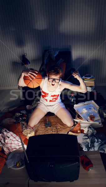 Koszykówki fan oglądanie telewizji podniecony fanów Zdjęcia stock © stokkete