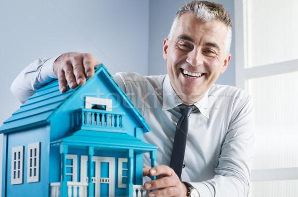 Immobilienmakler Modell Haus Schreibtisch hellblau Büro Stock foto © stokkete