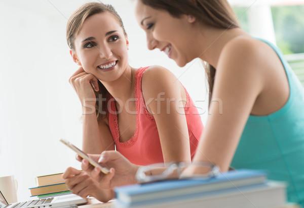 улыбаясь подростков девочек сидят столе Сток-фото © stokkete