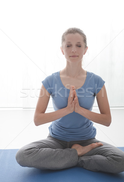 Yoga entraînement jeune femme méditation maison Photo stock © stokkete
