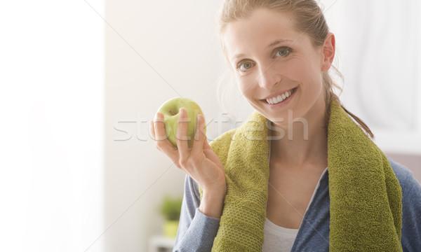 Egészséges étrend fitnessz mosolygó nő eszik alma edz Stock fotó © stokkete