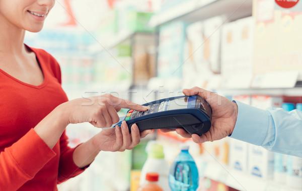 Nő pénztár áruház biztonság tő vásárlás Stock fotó © stokkete